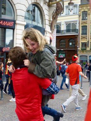 Quand un Belge rencontre une française, il la prend dans ses bras :)