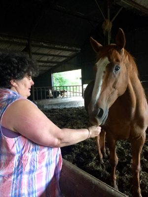 Paula avec l'un des ses chevaux lors de la visite de la ferme