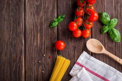 Tomates, basilic, pâtes, un torchon et une cuillère : de quoi cuisiner