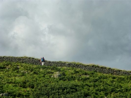 Des randonneurs près du mur