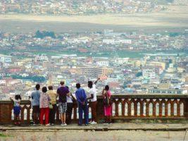 La vue sur Tananarive, capitale de Madagascar, depuis le Palais de la Reine, imposant édifice surplombant la ville