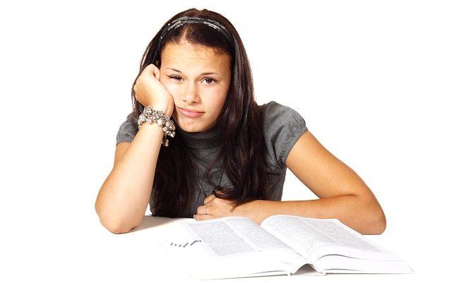 Une fille semble s ennuyer devant un livre, bac blanc à l'horizon ?