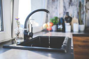 De l'eau s'écoule d'un robinet