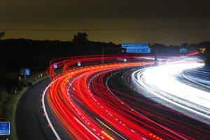 """Une autoroute de nuit, la vitesse lente permet de """"dessiner"""" des traits avec les phares des voitures"""