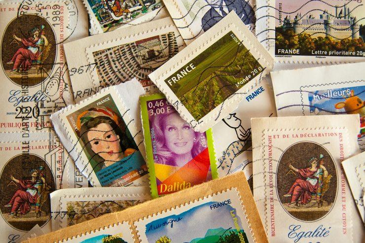 Des timbres postaux en vrac