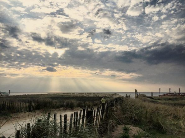 Le soleil laisse s'échapper ses derniers rayons sur les dunes du bord de mer