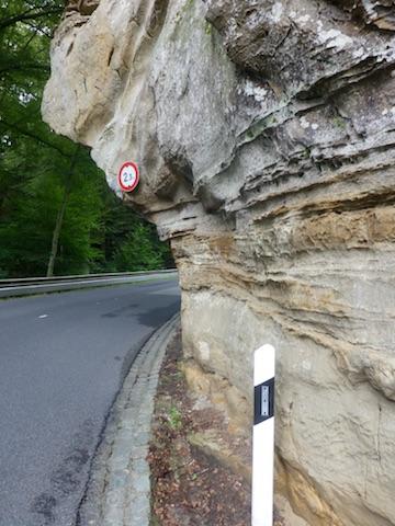 Hauteur limitée sur la route à cause d'un rocher