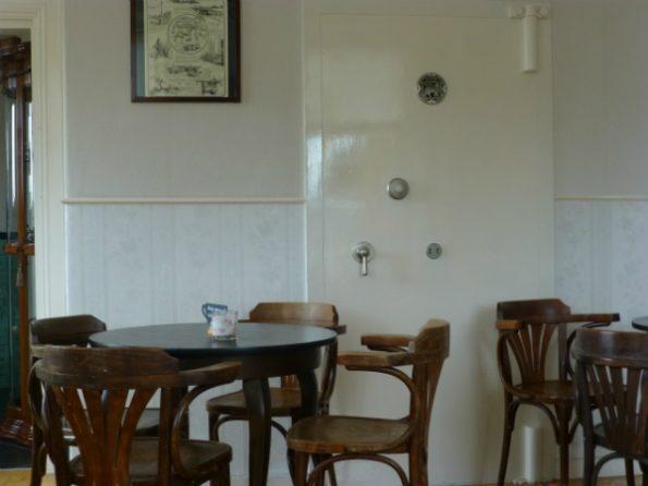 Une ancienne banque reconvertie en café à à Termunterzijl (Pays-Bas)