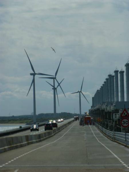 Une digue avec des éoliennes