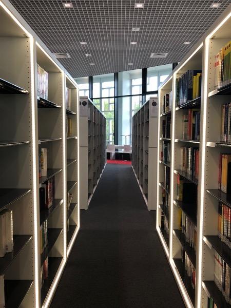 Une allée de la bibliothèque