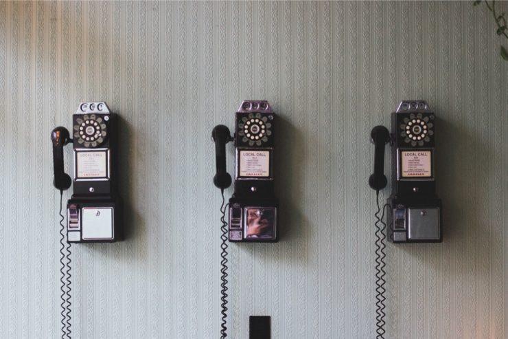 Des téléphones vintages accrochés sur un mur