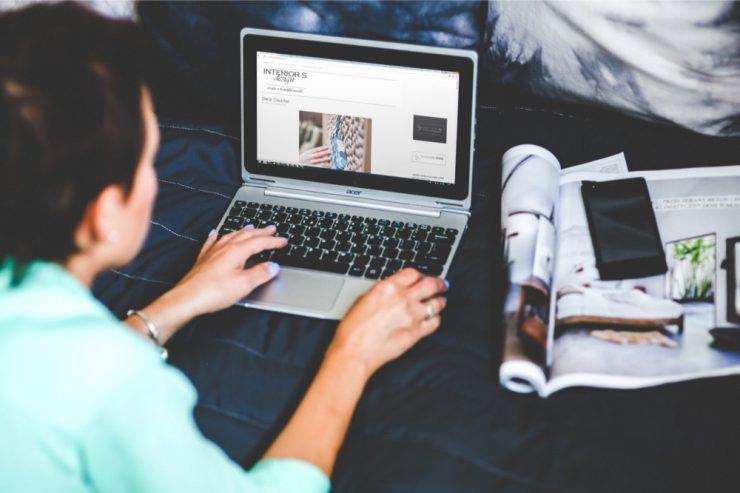 Une femme travaille sur un ordinateur