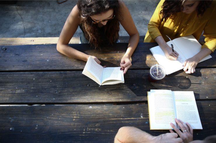 Des personnes étudients