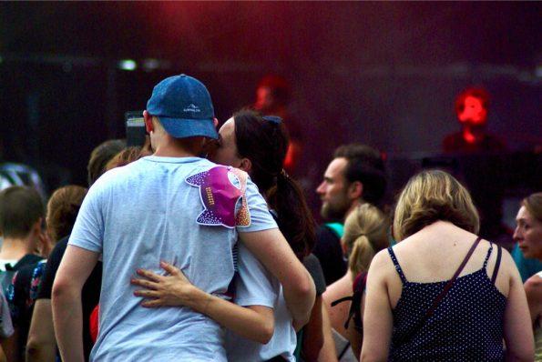 Un couple, masque par dessus l'épaule
