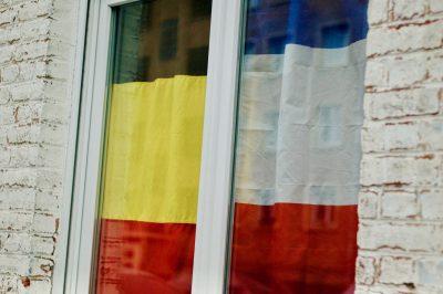 Sur une même fenêtre, les drapeaux français et belges se côtoient à l'occasion du match France-Belgique en demi-finale de la Coupe du Monde 2018