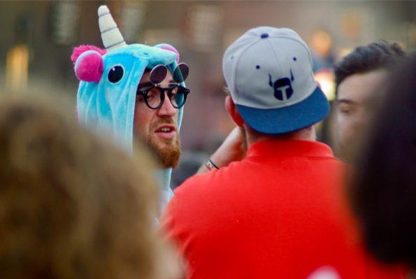 Une licorne dans la foule