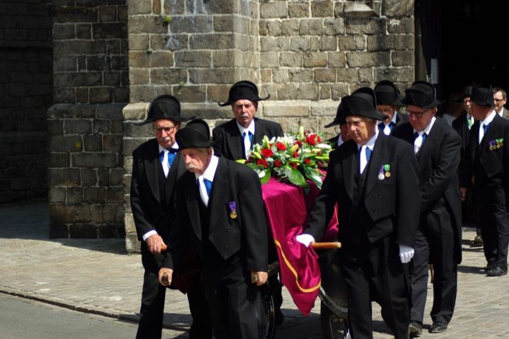 Une procession de Charitables à la sortie de l'église de Beuvry © Clara Delcroix