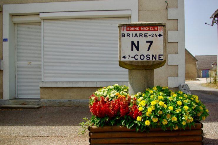 Une borne Michelin de la N7 à La Celle-sur-Loire ©Clara Delcroix