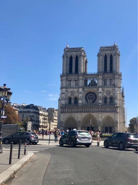 Le parvis de Notre-Dame : km 0 de la N7 © Yseult Delcroix