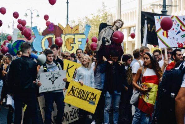Les facultés de chimie et d'histoire lors de la procession des étudiants ©Clara Delcroix