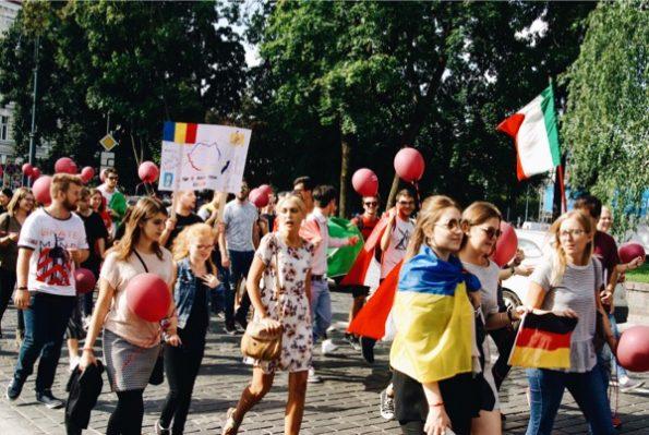 Dans les rues de Vilnius, les étudiants défilent © Clara Delcroix