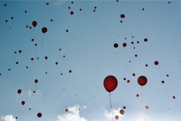Des ballons s'envolent dans le ciel de Vilnius ©Clara Delcroix