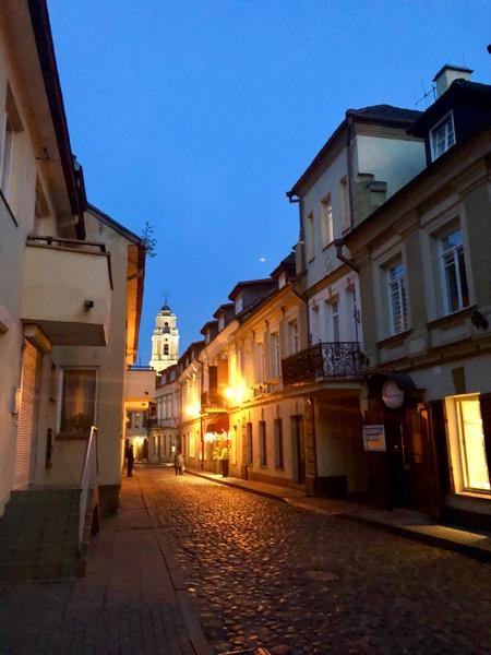 Une rue dans la vieille ville de Vilnius, de nuit