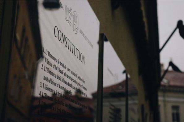 La constitution d'Uzupis existe aussi en français ! © Clara Delcroix