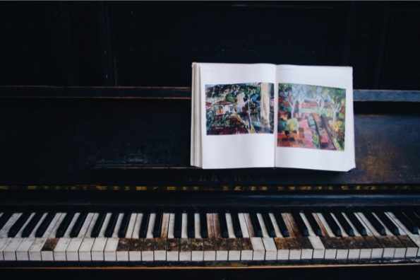 Un livre photo repose sur un piano © Clara Delcroix
