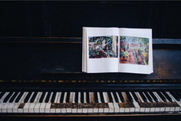 Un livre photo repose sur un piano © Clara Delcroix