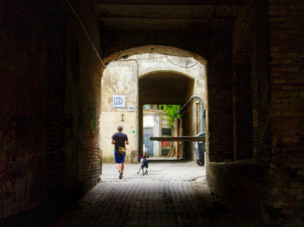 Entrée dans la cour de l'immeuble où vécut Romain Gary à Vilnius ©Clara Delcroix