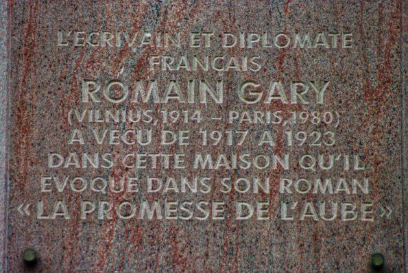 Une plaque (en français et en lituanien) indique l'emplacement de l'immeuble où Romain Gary vécut avec sa mère de 1917 à 1923 © Clara Delcroix