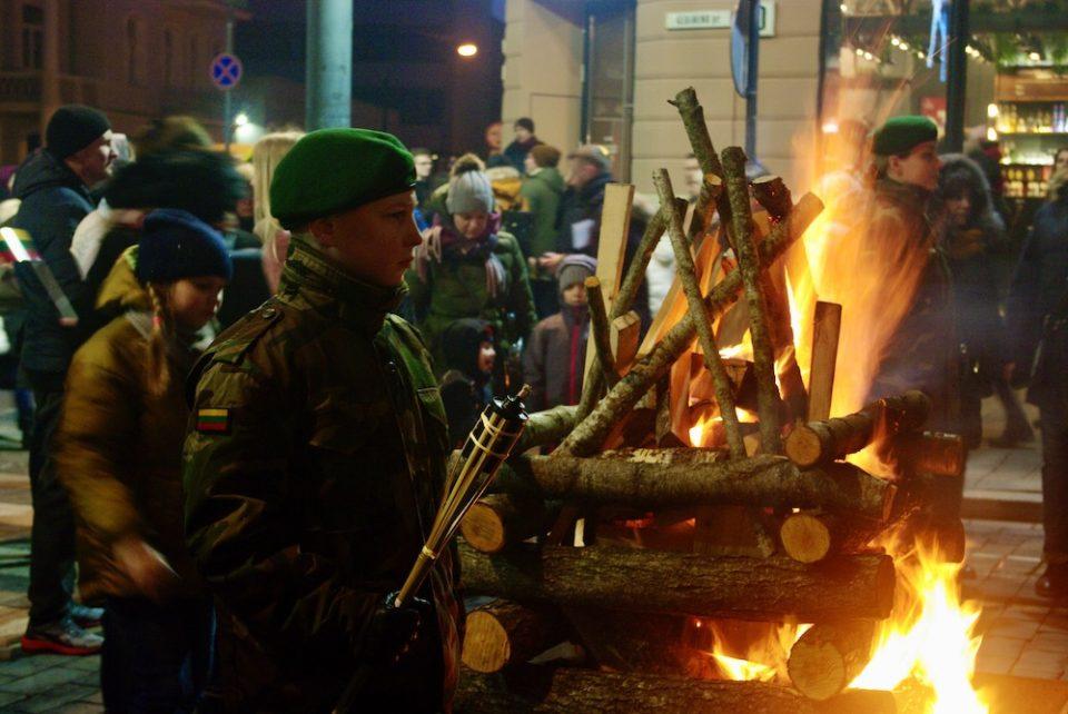 Des braséros allumés pour la Fête nationale lituanienne