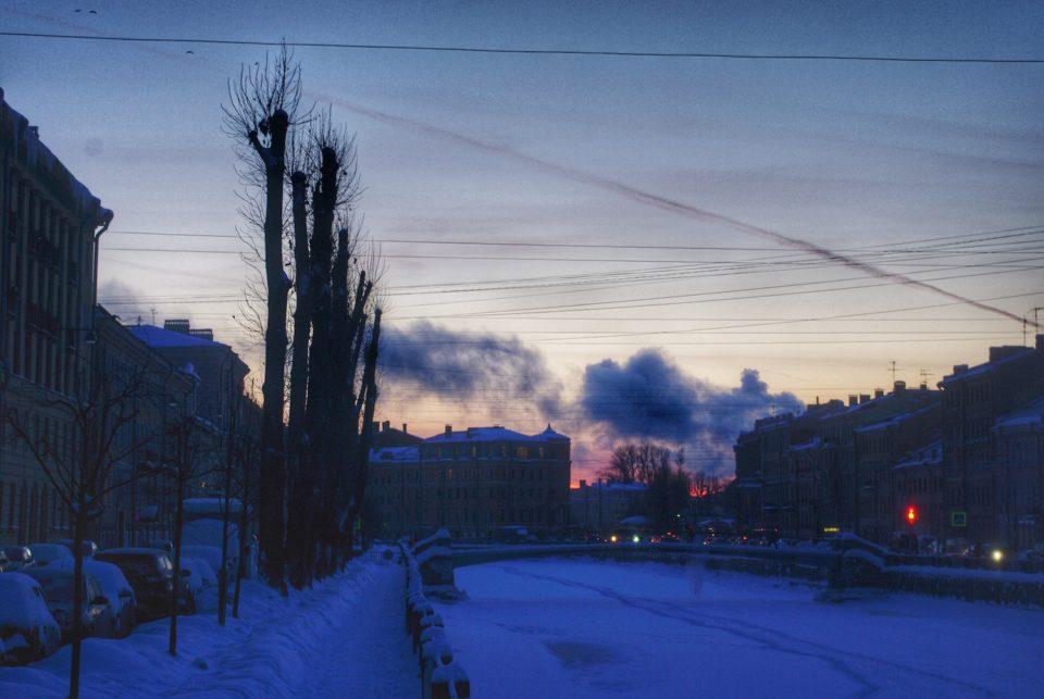 La nuit tombe sur le canal Griboïedov à Saint-Pétersbourg © Clara Delcroix