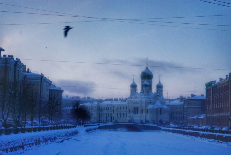 Dans la nuit tombante, de l'Église Saint-Isidore, on ne distingue que la silhouette © Clara Delcroix