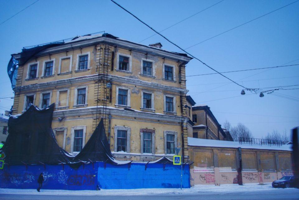 Certaines architectures sont peut-être moins reluisantes, mais c'est aussi ça Saint-Pétersbourg… © Clara Delcroix