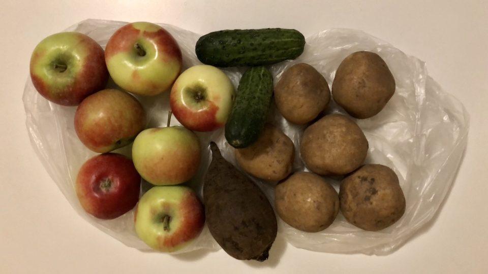 Des courses habituelles : pommes, betterave, pommes de terre, concombre… © Clara Delcroix