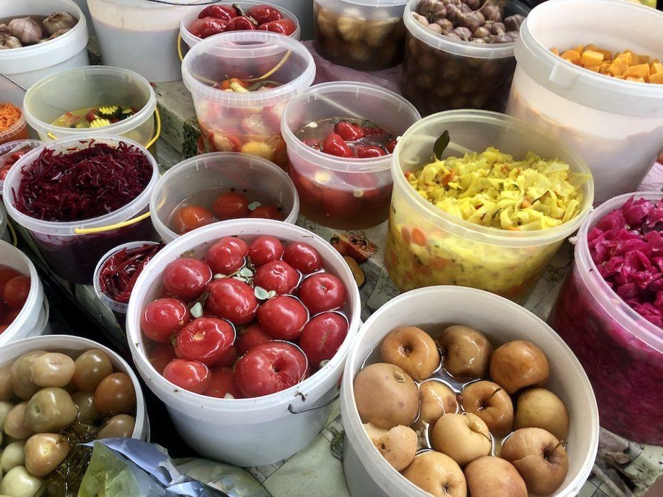 Des fruits et des légumes en saumure… plein de couleurs pour les yeux (au Halės Turgus de Vilnius, le marché central) © Clara Delcroix