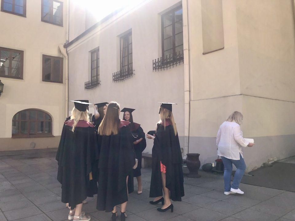 À l'université de Vilnius, la remise des diplômes donne lieu à une cérémonie en tenue officielle, avec mortier et toge © Clara Delcroix