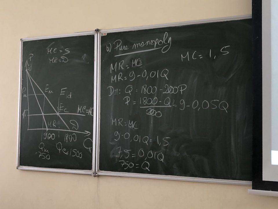 Tableau d'un cours de microéconomie © Clara Delcroix