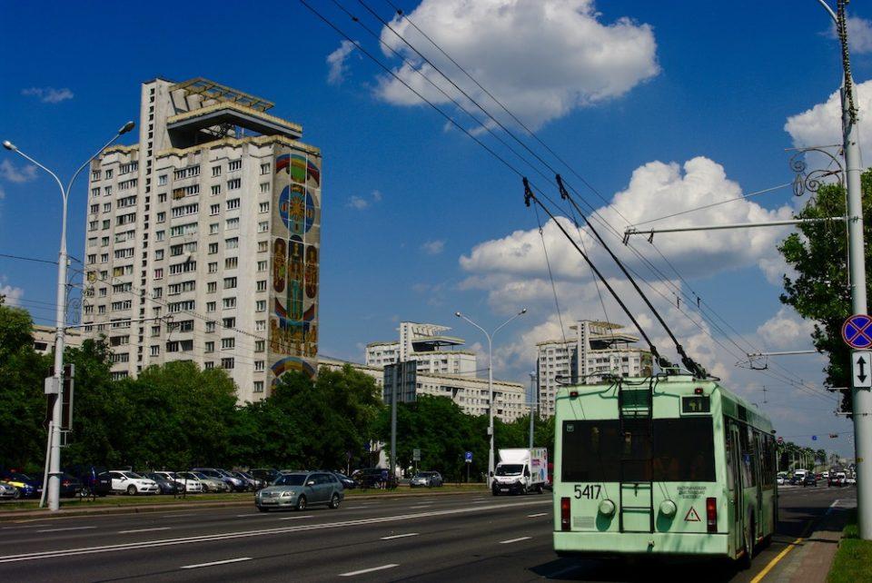 Immeubles à mosaïques et trolley soviétiques, Minsk © Clara Delcroix